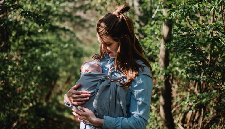 抱っこする母親